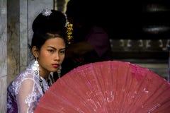 Tajlandia - 2015: Dziewczyna z parasolem Zdjęcie Stock