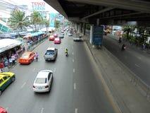 Tajlandia: Elastyczni ruchów drogowych warunki na sześć pasów ruchu stre Zdjęcie Stock