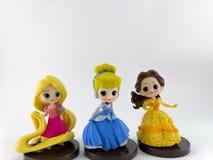 TAJLANDIA, Jan 2018: Princess drużyna na białej tła Disney zabawki kolekcji w kampanii marketingowej od Tesco Lotus Ekspresowy zdjęcie stock