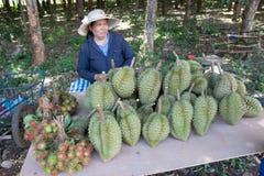 TAJLANDIA June-07: Owocowi hodowcy sprzedają ich swój owocowego sta Obrazy Royalty Free