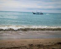Tajlandia khao lak łódkowatej fala andaman nieba ładny pogodowy denny wakacje Obraz Royalty Free