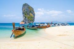 Tajlandia, Ko Lanta, plaża, łodzie, skała, morze 2016 Obrazy Royalty Free