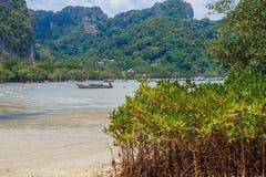 Tajlandia, Ko Lanta, plaża, łodzie, skała, morze 2016 Fotografia Stock