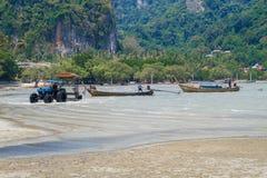 Tajlandia, Ko Lanta, plaża, łodzie, skała, morze 2016 Obrazy Stock