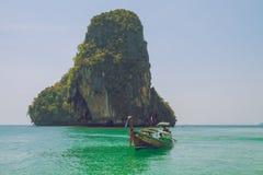 Tajlandia, Ko Lanta, plaża, łodzie, skała, morze 2016 Zdjęcie Stock