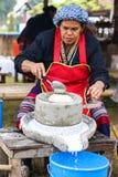 Tajlandia kobiety są szlifierskim kokosowym mlekiem Obraz Royalty Free
