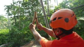 Tajlandia, Koh Samui, 26 2016 Styczeń Canyoning instruktor wyjaśnia dlaczego ślizgać się linowego spadek w tropikalnej dżungli zdjęcie wideo