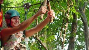 Tajlandia, Koh Samui, 26 2016 Styczeń Canyoning instruktor wyjaśnia turysty dlaczego trzymać na slingshot na kablu zbiory