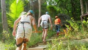 Tajlandia, Koh Samui, 26 2016 Styczeń Turyści chodzą wzdłuż ścieżki w dżunglach Tajlandia Halny ślad w obrazy stock