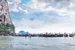 Tajlandia, Krabi prowincja, Railay plaża - 2017 Luty 25: Zadziwiający krajobraz z tradycyjnymi longtail łodziami na tropikalnym A Fotografia Royalty Free