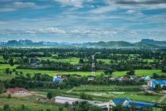 Tajlandia krajobraz wiejski miasto i moutain pod niebieskim niebem Obrazy Royalty Free