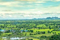 Tajlandia krajobraz wiejski miasto i moutain pod niebieskim niebem Zdjęcie Royalty Free