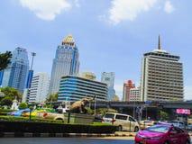 Tajlandia na drogowego Bangkok ramaIV taxi nieba jasnego midday wielkomiejskiego życia codziennego samochodowych budynkach kupczy Obraz Stock