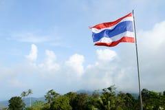 Tajlandia paskował flaga na niebieskiego nieba tle zdjęcia royalty free
