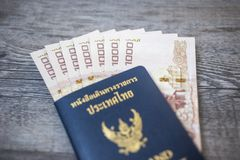 Tajlandia paszport i stos Tajlandzki kąpielowy pieniądze paszport Zdjęcia Royalty Free