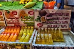 Tajlandia, Pattaya, 25 06 2017 Naturalnych soków w butelkach w T Fotografia Royalty Free