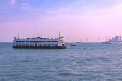 Tajlandia, Pattaya, 21 03 2013 Orientalnych Princess statki jest spławowym owoce morza restauracją blisko linii brzegowej Pattaya fotografia stock