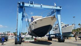 Tajlandia Phuket: 2015 Listopad 26, jacht ciągnie out dla naprawy przy Phuket laguny Łódkowatym Marina w Tajlandia Fotografia Royalty Free