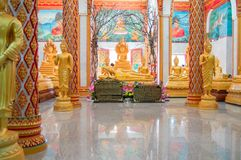TAJLANDIA, PHUKET MARZEC 22, 2018 - Główna pagoda Buddyjski Wat świątynny Chalong Wat Chayyatararam Złociste wosk postacie michae obraz stock
