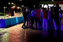 TAJLANDIA, PHUKET, MARZEC 24, 2018 - pojęcie nocy bawić się Ludzie biorą obrazki na smartphones urodzinowych powitaniach przy noc Obrazy Stock