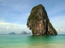 Tajlandia plaża z wapnia falezy wyspą Zdjęcie Stock