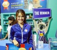 Tajlandia psi przedstawienie 2014, niezidentyfikowany model promujący dla psich foods przy wpływ areną Muengthong Thanee Bangkok  zdjęcia stock