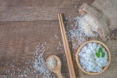 Tajlandia ryż, gotujący biali ryż, gotujący prości ryż w drewnianym pucharze z łyżką i chopsticks, Organicznie ryż na nieociosany zdjęcia stock