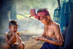 Tajlandia syn i ojciec jesteśmy pracującym ręcznie robiony Koszykowym bambusem lub f zdjęcie royalty free