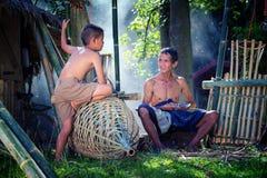 Tajlandia syn i ojciec jesteśmy pracującym ręcznie robiony Koszykowym bambusem lub f obraz stock