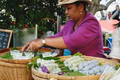 Tajlandzcy desery Robi? zakupy przy jarmarkiem, Bangkok, Tajlandia zdjęcie stock