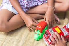 Tajlandzcy dzieci bawić się z zabawką podpalają samochodu set, ogólnego Zdjęcia Royalty Free