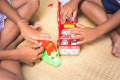 Tajlandzcy dzieci bawić się z zabawką podpalają samochodu set, ogólnego Obrazy Stock