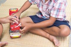 Tajlandzcy dzieci bawić się z zabawką podpalają samochodu set, ogólnego Obraz Stock