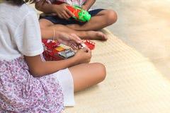 Tajlandzcy dzieci bawić się z zabawką podpalają samochodu set, ogólnego Obrazy Royalty Free