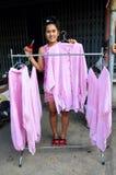 Tajlandzcy kobiet ludzie pracuje proces suchego odziewają w słońce krawata nietoperzu Zdjęcia Stock
