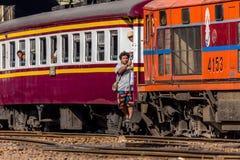 Tajlandzcy kolej pociągu ludzie podchodzili Zdjęcia Royalty Free