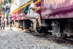 Tajlandzcy kolej pociągu ludzie podchodzili Obrazy Stock