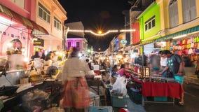 Tajlandzcy Lokalni sprzedawcy Sprzedaje jedzenie i Odziewają przy Sławnym niedzielna noc rynkiem w Phuket miasteczku Turyści Chod zbiory