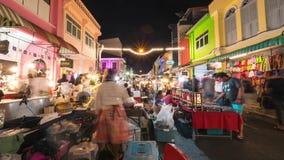 Tajlandzcy Lokalni sprzedawcy Sprzedaje jedzenie i Odziewają przy Sławnym niedzielna noc rynkiem w Phuket miasteczku Turyści Chod zbiory wideo