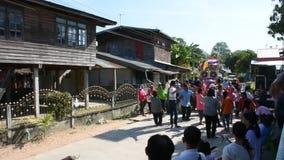 Tajlandzcy ludzie łączą odprowadzenie śpiewają piosenkę i tana w parada poślubiający tradycyjnym zbiory