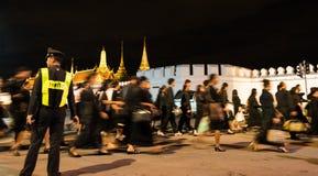 Tajlandzcy ludzie chodzi w Uroczystego pałac płacić szacunek opóźniony królewiątko Bhumibol Adulyadej przy nocą Zdjęcie Stock