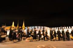 Tajlandzcy ludzie chodzi w Uroczystego pałac płacić szacunek opóźniony królewiątko Bhumibol Adulyadej przy nocą Obrazy Stock