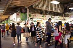 Tajlandzcy ludzie, cudzoziemski wyboru jedzenie i obsiadanie i jedz? go?cia restauracji w UDO jedzenia grodzkim centrum przy Udon obrazy royalty free