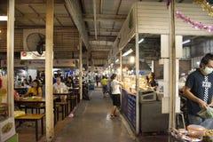 Tajlandzcy ludzie, cudzoziemski wyboru jedzenie i obsiadanie i jedz? go?cia restauracji w UDO jedzenia grodzkim centrum przy Udon obraz royalty free