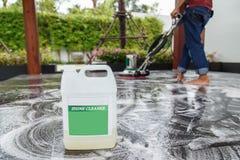 Tajlandzcy ludzie czyści czarnej granitowej podłoga z maszynowym i chemic Obrazy Stock