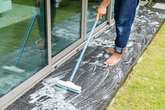 Tajlandzcy ludzie czyści czarnej granitowej podłoga z muśnięciem i substancją chemiczną Obraz Stock