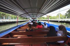 Tajlandzcy ludzie dziennej podróży dużą pasażerską łodzią w klong sansaeb Fotografia Stock