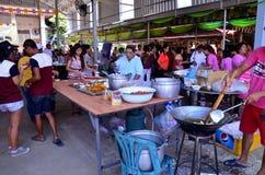 Tajlandzcy ludzie gotować dają jedzeniu dla bezpłatnego zaludniać w Kathin Cer Obrazy Stock