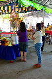 Tajlandzcy ludzie gotować dają jedzeniu dla bezpłatnego zaludniać w Kathin Cer Obraz Royalty Free