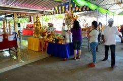 Tajlandzcy ludzie gotować dają jedzeniu dla bezpłatnego zaludniać w Kathin Cer Zdjęcia Royalty Free